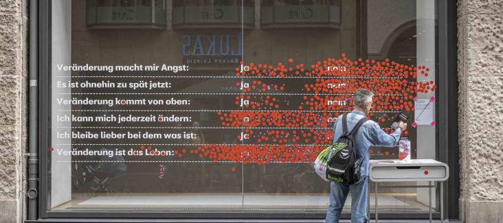 "Passers-by vote on what ""Change"" means to them at the former Karstadt-building in Leipzig"